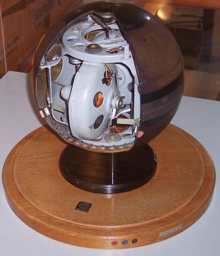 قطب نمای ژیرسکوپی که دقت بالایی دارد و معمولا در کشتیها مورد استفاده قرار میگیرد