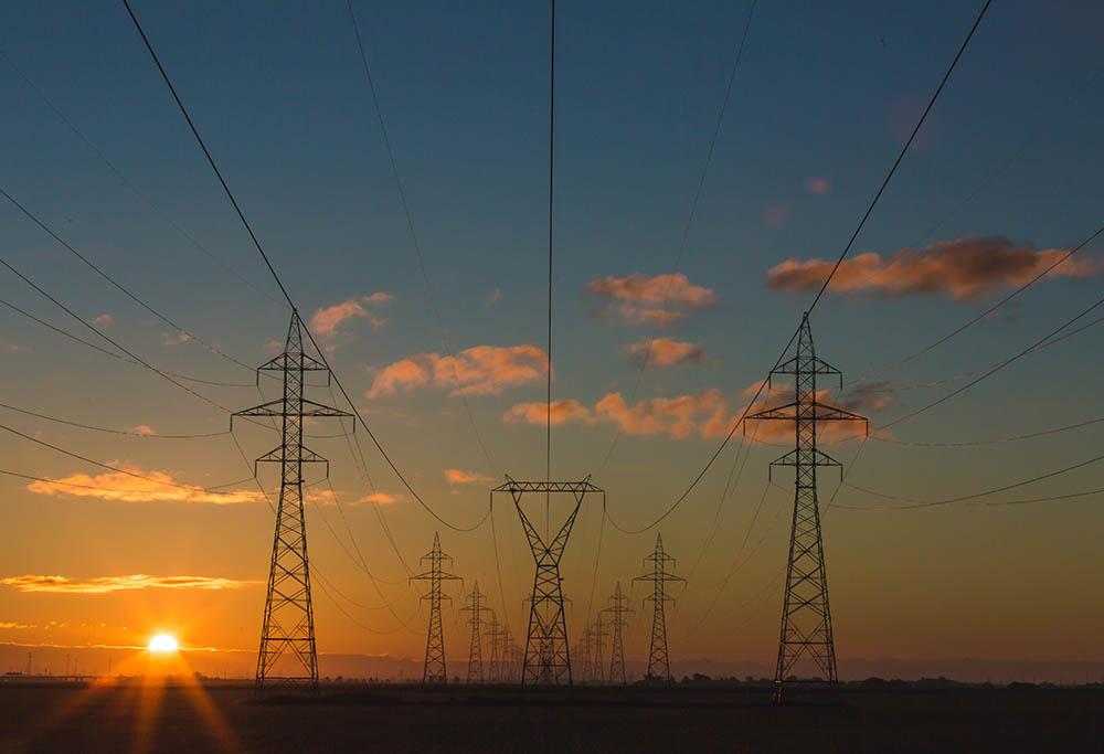 خطوط انتقاب برق که معمولا توسط ژنراتورهای مجهز به آهنربا تولید میشود