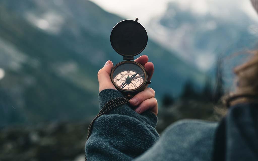 استفاده از قطب نما برای جهت یابی در طبیعت