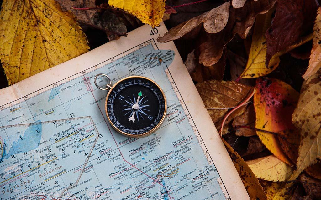 استفاده از قطب نما و نقشه برای جهت یابی در طبیعت