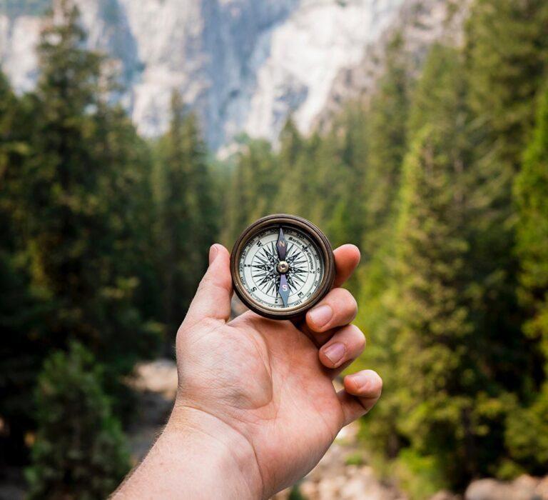 استفاده از قطب نما در طبیعت و جنگل برای جهتیابی