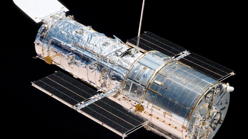 تلسکوپ فضایی هابل و صفحات خورشیدی آن