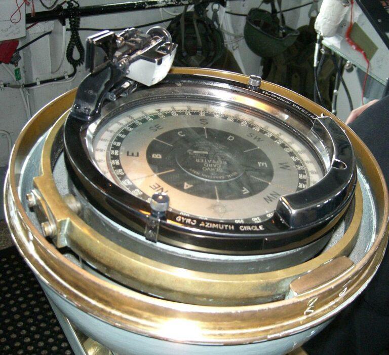 استفاده قطب نما در دریا برای جهتیابی