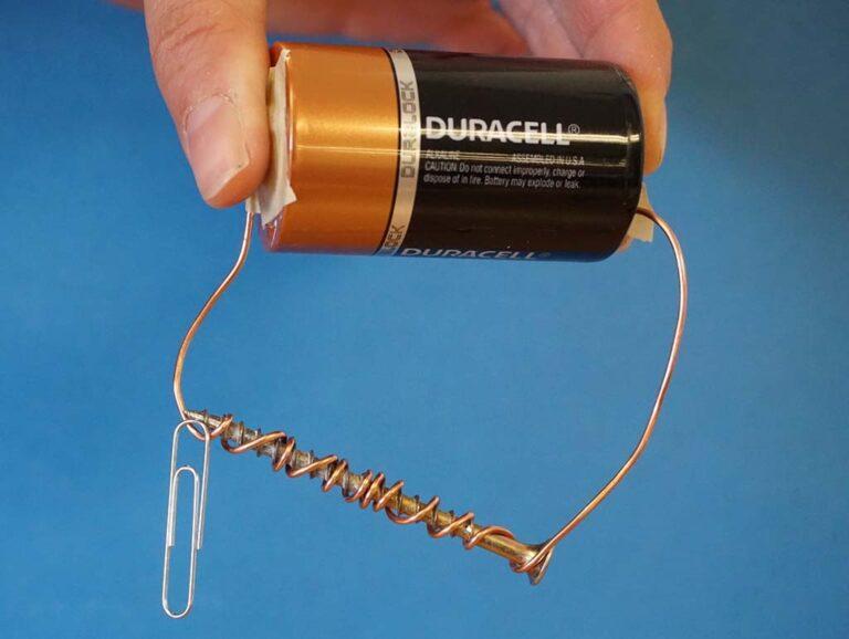 آهنربای الکتریکی ساده که از یک باطری، سیم مسی و یک هسته آهنی تشکیل شده است